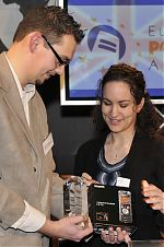 Michel Mertens übergibt EPA Preis an Annik Rubens